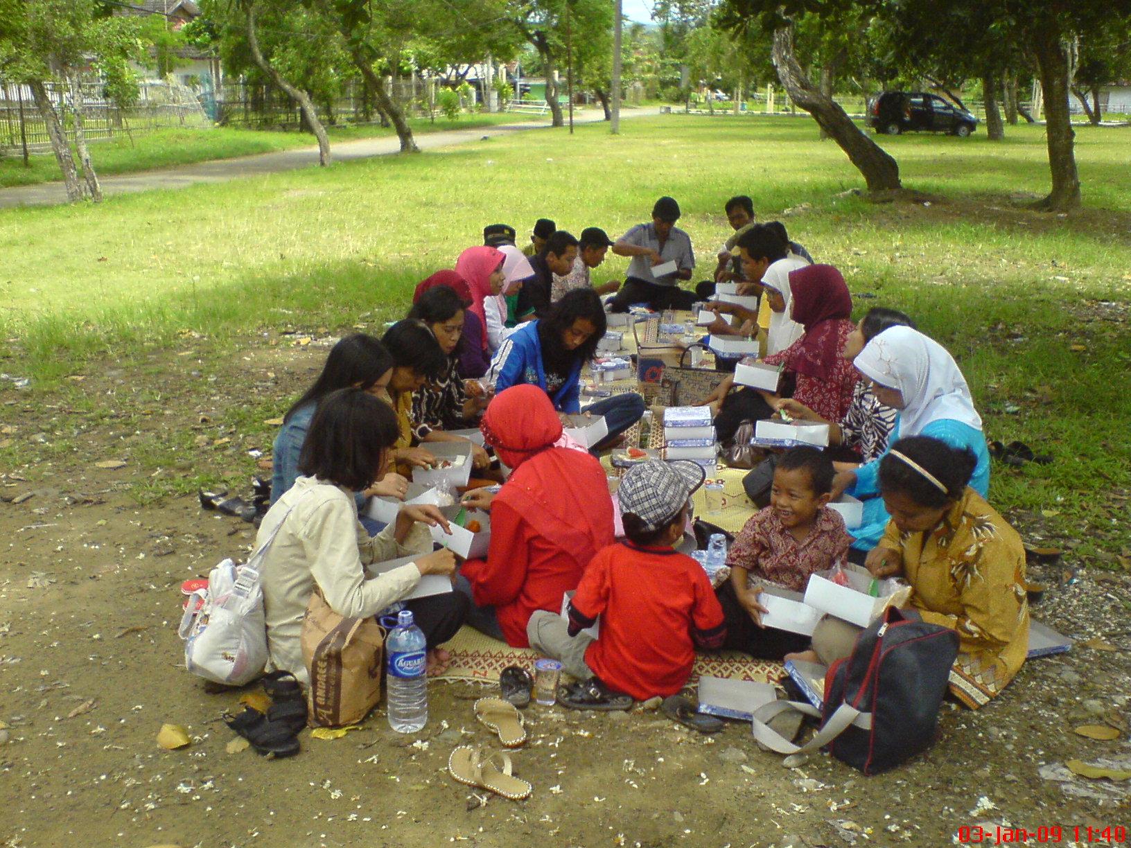 Makan siang di Pantai TelengRia