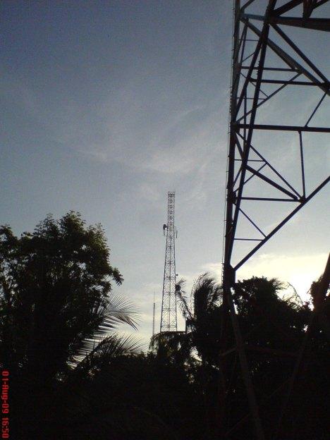 Tower antena ADiTV dilihat dari arah lain, ada di kiri BTS Telkomsel.