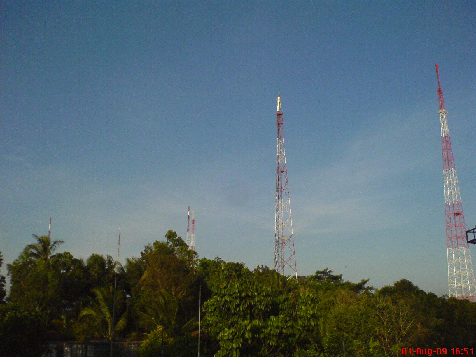 panel antena sudah terpasang (tower yang kanan)