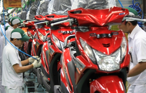 Karyawan AHM merakit sepeda motor Honda BeAT FI di pabrik perakitan AHM, Cikarang. Honda semakin mengukuhkan diri sebagai raja motor skutik dengan raihan pangsa pasar 68% dari total penjualan skutik nasional yang tercatat 4.208.219 unit.