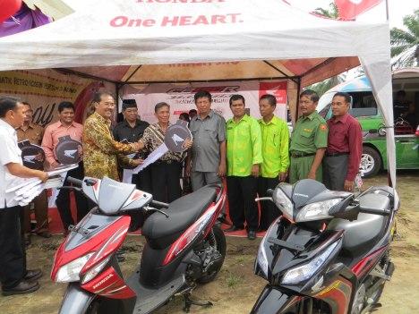 (keempat kiri) Head of Corporate Communication AHM Kristanto, memberikan bantuan sepeda motor kepada perwakilan dari 10 SMK penerima bantuan di Sumatera Utara. AHM mendonasikan 20 unit sepeda motor dan 10 unit engine untuk 10 SMK di Sumatera Utara sebagai salah satu bagian dari dukungan perusahaan terhadap kemajuan dunia pendidikan yang dilakukan melalui pengembangan Kurikulum Teknik Sepeda Motor Honda (KTSM Honda) untuk SMK.