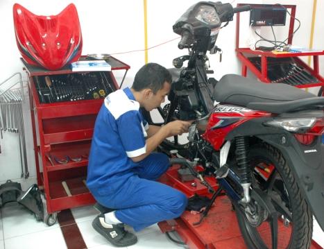 Seorang pelajar sedang melakukan praktik perbaikan sepeda motor Honda. KTSM Honda memadukan Standar Kompetensi dan Kompetensi Dasar (SK-KD) yang dikeluarkan Dinas Pendidikan dengan materi pelatihan dan uji kompetensi mekanik di bengkel AHASS. Dengan program ini diharapkan lulusan SMK lebih siap memasuki dunia kerja.