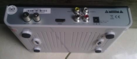 Set Top Box DVB-T2 difoto dari sisi bawah dan belakang