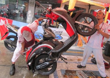 Mekanik AHASS melakukan penanganan terhadap motor korban banjir. AHM mengerahkan lebih dari 200 mekanik untuk membantu para korban banjir melakukan perbaikan sepeda motor dalam program Honda Peduli Banjir di tiga provinsi.