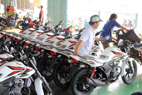 Karyawan AHM melakukan proses shipping sepeda motor Honda Verza 150. AHM menambahkan varian warna putih pada sepeda motor Honda Verza 150 sebagai pilihan warna terbaru yang banyak digemari pecinta sepeda motor saat ini.