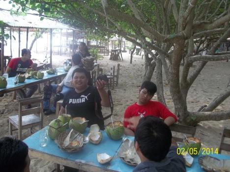 Makan siang di pantai Sundak