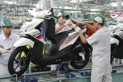 Karyawan AHM melakukan proses perakitan sepeda motor Honda BeAT FI di pabrik perakitan AHM, Cibitung. AHM merilis Honda BeAT FI dengan tampilan terbaru yang lebih atraktif dan stylish untuk memberikan pilihan yang beragam bagi konsumen.