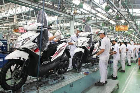Karyawan AHM melakukan proses perakitan sepeda motor Honda BeAT FI di pabrik perakitan AHM, Cibitung. Honda BeAT FI tercatat sebagai sepeda motor skutik terlaris di Indonesia dengan total penjualan mencapai 497.209 unit atau 39% dari total penjualan skutik nasional di kuartal I/2014