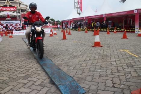 Pengunjung Honda Fiesta 2014 melakukan test ride menggunakan Honda CB150R di Lapangan Purna MTQ Pekanbaru Riau (6/12). AHM memberikan donasi beasiswa pendidikan kepada 100 anak yang tinggal di wilayah Indonesia Timur yang dilakukan dengan mengonversi setiap peserta test ride sepeda motor dengan nominal Rp 5.000,- .