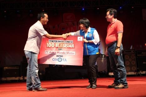 Deputy Head Corporate Communication AHM Ahmad Muhibbuddin (kiri) didampingi oleh GM Indako Trading Company Leo Wijaya (kanan) secara simbolis menyerahkan beasiswa pendidikan kepada kepada Sekretaris GNOTA Pusat Yasinta Widowati (tengah) untuk disalurkan kepada 100 anak di wilayah Indonesia timur dalam acara penutup Honda Fiesta 2014 di komplek Istana Maimun Medan, Sumatera Utara (7/12). Melalui aktifitas Honda Fiesta, AHM turut mendukung generasi muda dengan memberikan beasiswa pendidikan agar senatiasa mampu mewujudkan mimpi-mimpi dengan mencetak prestasi di berbagai bidang.