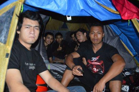 Suasana keceriaan di dalam tenda dari DRACS (Djogjakarta Riders Association of City Sport One)