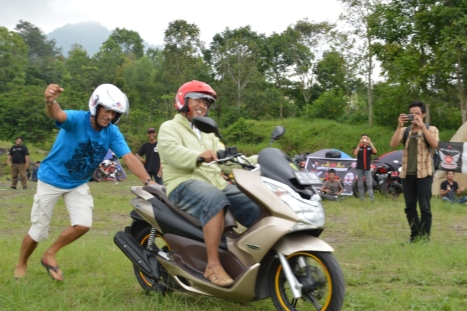Suasana kemeriahan games Adu Dorong Motor, dimana salah satu peserta dari club Honda PCX adalah warga negara asing dari Prancis