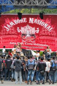 Orkes Melayu dengan beberapa biduan menghibur peserta Jambore Nasional Honda CB150R Streetfire 2015 pada siang hari yang mendung dan berangin kencang.