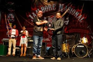 Serah terima secara simbolis plakat ucapan terima kasih dan penghargaan dari Perwakilan ASFI, Andy Bedog kepada HC3 Region Head Astra Motor Yogyakarta, Jumanto.