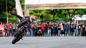 Honda Stunt Riders (HSR) tampil memikat peserta Jambore Nasional Honda CB150R Streetfire dengan beragam aksinya. Performa Honda CB150R Streetfire yang didukung dengan beragam teknologi canggih Honda membuat para stunt riders beraksi dengan optimal.