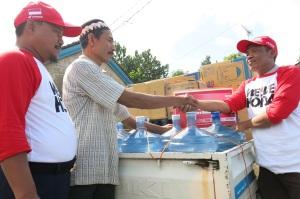 Perwakilan Sahabat Satu Hati dari DKM AHM menyerahkan donasi bagi korban tanah longsor di Dukuh Jemblung, Banjarnegara kepada perwakilan warga (9/2). Sebanyak 24 keluarga korban menerima paket bantuan tahap ke-4 ini.